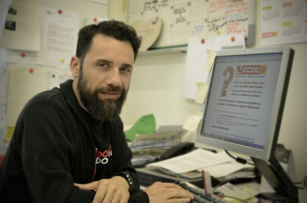 L'Abel preparant el comunicat habitual per informar a tot el personal de la Diputació de Barcelona.